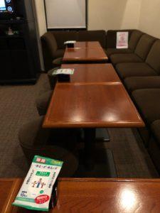 テーブル席全てに間隔の確保とアルコールティッシュの設置